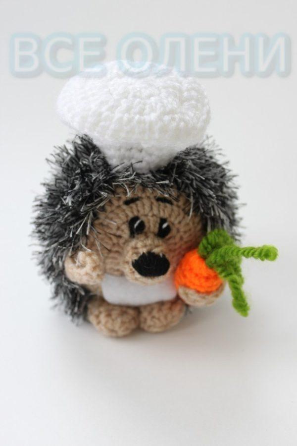Вязаная игрушка ручной работы Ёжик повар